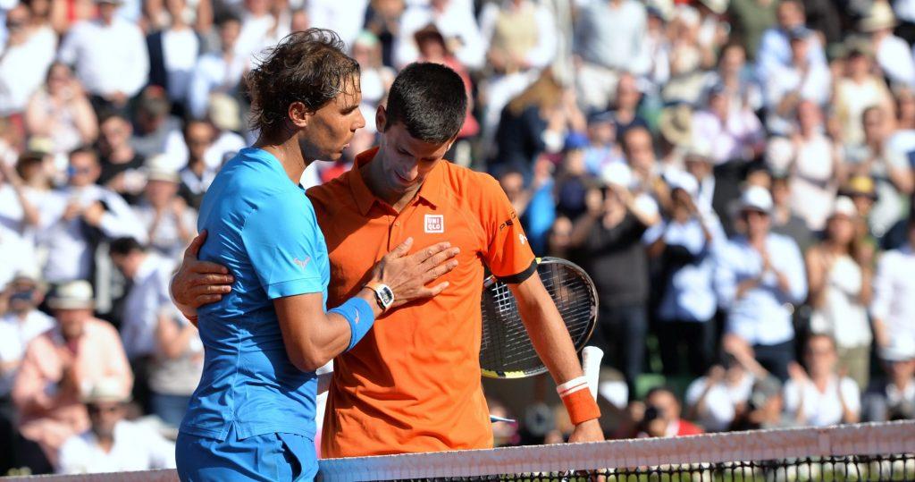 Rafael Nadal félicite Novak Djokovic après sa victoire en quart de finale à Roland Garros en 2015