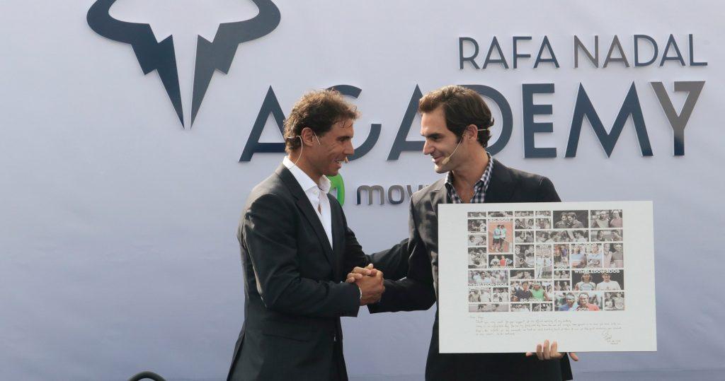 Rafael Nadal offre à Roger Federer un cadre avec des photos de leurs affrontements, lors de l'inauguration de son Académie.
