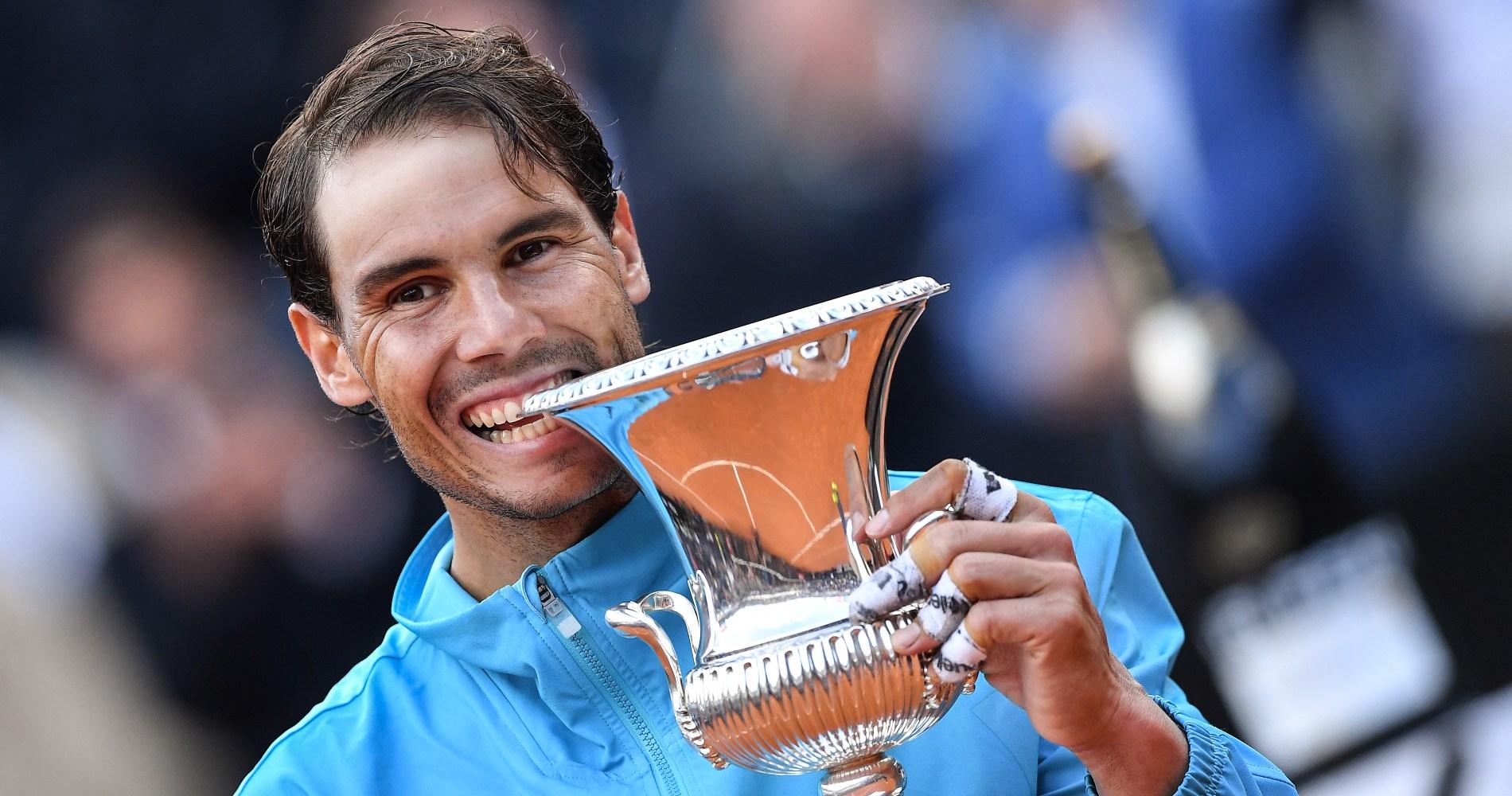 Rafael Nadal pose avec son trophée en 2019.