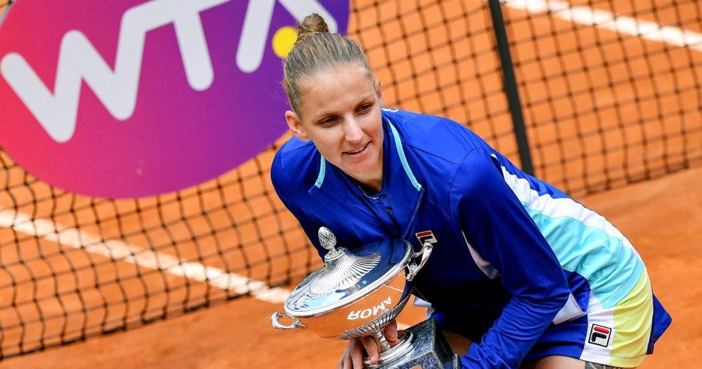 Karolína Plíšková poses with the trophy in Rome in 2019.
