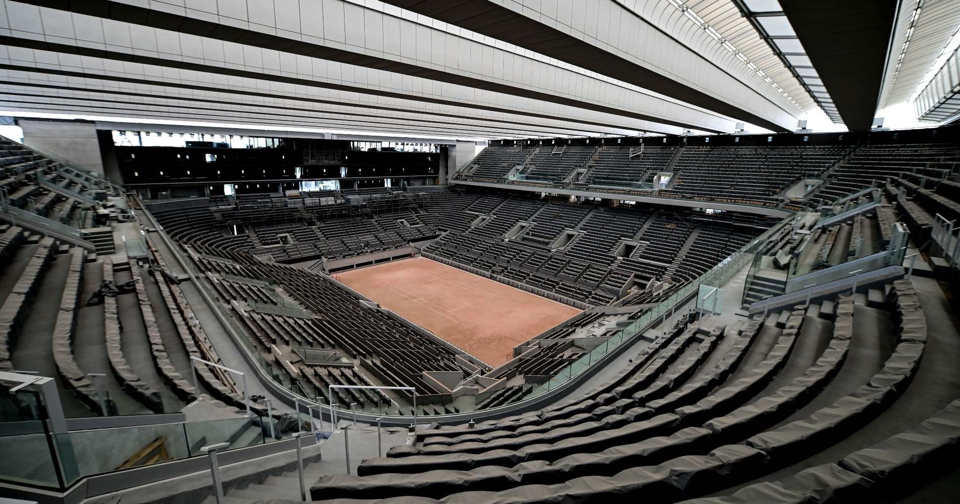 Travaux en cours sur le central de Roland Garros avec l avancee de la pose du toit sur le court Philippe Chatrier