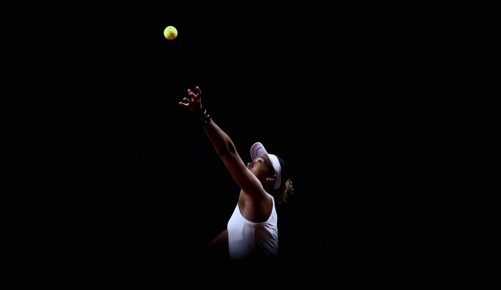 Naomi Osaka au service, en 2019 sur le WTA Tour