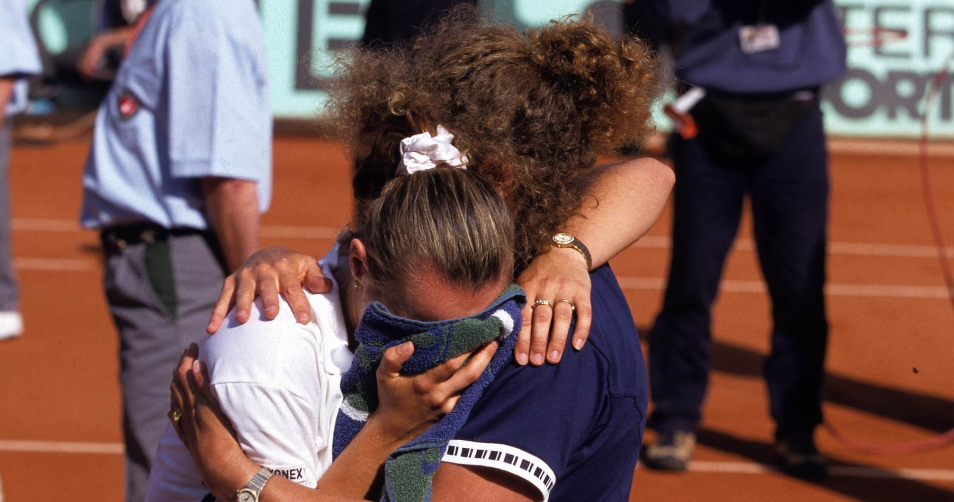 Martina Hingis dans les bras de sa mère, Roland-Garros 1999