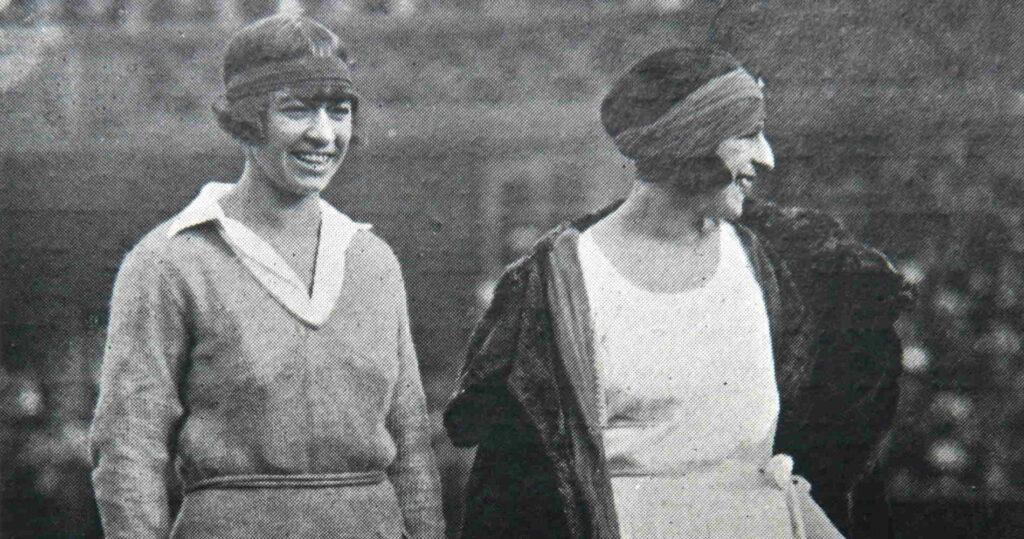 Suzanne Lenglen (à droite) et Molla Mallory (à gauche) à Wimbledon en 1922